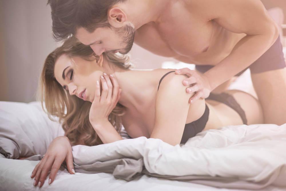 cuplu in pat fericit